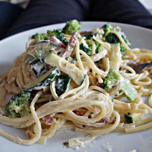 Espaguete ao Molho de Creme com Legumes e Salame