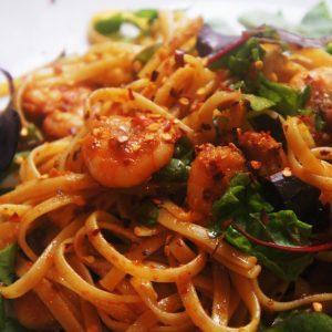 Linguini-ao-molho-de-tomate-seco-e-camarão