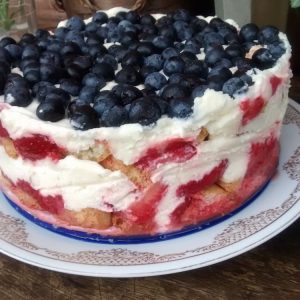 Receita de Torta Gelada de Morango e Mirtilo
