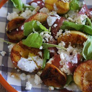 Salada-de-Pessego-Grelhado-com-Copa-Ricota-e-Rucula
